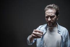 Deprimierter bärtiger Mann, der ein Gesicht macht Lizenzfreie Stockfotografie