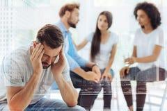 Deprimierter bärtiger Mann, der an Psychologen teilnimmt Stockfotos