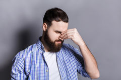 Deprimierter bärtiger Mann mit geschlossenen Augen Lizenzfreie Stockbilder