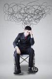 Deprimierter behinderter Mann mit Gekritzeln und Rollstuhl Stockfotos