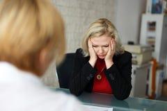 Deprimierter blonder Angestellter entlassen im Büro Stockfotos