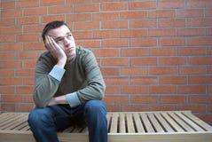 Deprimierter denkender junger Mann Stockfoto