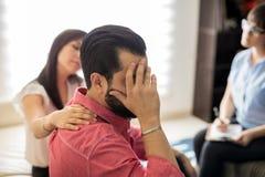 Deprimierter Ehemann während der Psychotherapiesitzung Stockfotografie