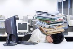 Deprimierter fetter Geschäftsmann im Büro Stockfotos
