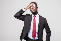 Deprimierter Geschäftsmann über müdem und deprimiertem auf grauem Hintergrund Lizenzfreie Stockfotografie