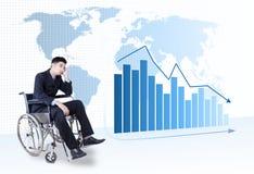 Deprimierter Geschäftsmann, der auf Rollstuhl sitzt Lizenzfreies Stockfoto