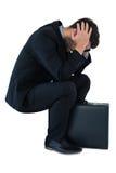 Deprimierter Geschäftsmann, der auf Schritten sitzt Stockfotos