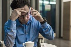 Deprimierter Geschäftsmann in der Kaffeestube Betonter Geschäftsmann Stockfotografie