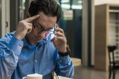 Deprimierter Geschäftsmann in der Kaffeestube Betonter Geschäftsmann Stockfoto