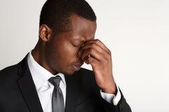 Deprimierter Geschäftsmann, der Kopfschmerzennahaufnahme hat Stockbild