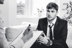 Deprimierter Geschäftsmann, der mit Psychologen spricht Lizenzfreie Stockbilder