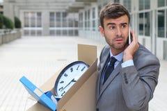 Deprimierter Geschäftsmann, der sein Eigentum trägt Lizenzfreies Stockbild