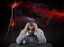 Deprimierter Geschäftsmann in einem Sturm Stockfoto