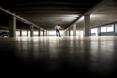 Deprimierter Geschäftsmann im Undeground Parken Stockfotos