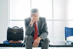 Deprimierter Geschäftsmann im Warteraum Lizenzfreie Stockfotos