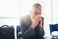 Deprimierter Geschäftsmann im Warteraum Lizenzfreies Stockfoto