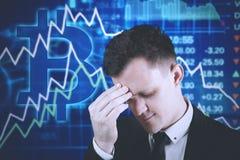 Deprimierter Geschäftsmann mit bitcoin Symbol Lizenzfreie Stockfotografie