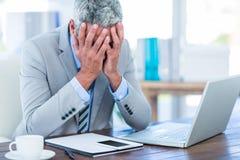 Deprimierter Geschäftsmann mit den Händen auf Kopf Stockfotografie