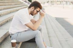 Deprimierter Geschäftsmann mit den Händen auf Kopf auf Treppe Lizenzfreie Stockfotos
