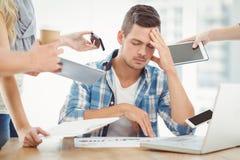 Deprimierter Geschäftsmann mit Kopf in der Hand Lizenzfreie Stockbilder