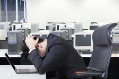 Deprimierter Geschäftsmann mit Laptop auf Schreibtisch Stockfotos