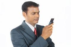 Deprimierter Geschäftsmann mit Mobile Lizenzfreie Stockbilder