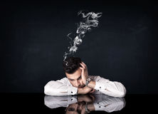 Deprimierter Geschäftsmann mit rauchendem Kopf Lizenzfreie Stockfotos