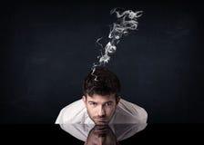Deprimierter Geschäftsmann mit rauchendem Kopf Lizenzfreie Stockfotografie