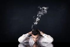 Deprimierter Geschäftsmann mit rauchendem Kopf Stockbilder