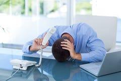 Deprimierter Geschäftsmann am Telefon Lizenzfreie Stockfotos
