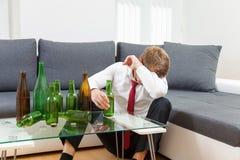 Deprimierter Geschäftsmann zu Hause getrunken Lizenzfreie Stockfotografie
