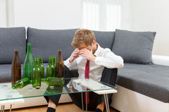 Deprimierter Geschäftsmann zu Hause getrunken Lizenzfreie Stockbilder