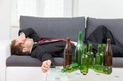 Deprimierter Geschäftsmann zu Hause getrunken Stockfotos