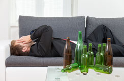 Deprimierter Geschäftsmann zu Hause getrunken Lizenzfreies Stockfoto