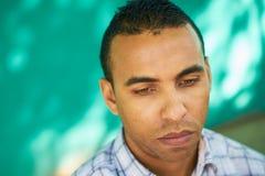 Deprimierter hispanischer Mann mit traurigem besorgtem Gesichts-Ausdruck Stockfotografie