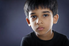 Deprimierter Inder Little Boy Lizenzfreies Stockfoto