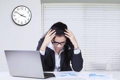 Deprimierter indischer Angestellter arbeitet über die Zeit hinaus Lizenzfreie Stockfotografie