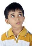 Deprimierter indischer Junge, der oben schaut Lizenzfreie Stockbilder