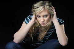 Deprimierter Jugendlicher auf Schwarzem Lizenzfreie Stockfotos