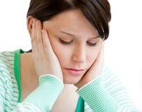 Deprimierter Jugendlicher, der ihren Kopf auf ihrer Hand hält Lizenzfreies Stockbild