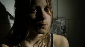 Deprimierter Jugendlicher ist traurig und schuldig Gesicht der Frau 4k UHD stock video footage