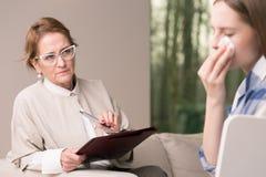 Deprimierter Jugendlicher und hilfreicher Psychotherapeut Stockbilder