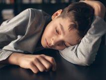 Deprimierter Jugendlicher zu Hause Stockfotos
