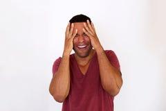 Deprimierter junger afrikanischer Mann, der mit der Hand auf Kopf gegen weißen Hintergrund schreit Lizenzfreies Stockbild