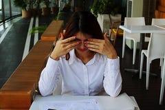 Deprimierter junger asiatischer Geschäftsfraudruck mit Arbeit im Büro Stockbilder