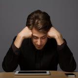 Deprimierter junger Geschäftsmann Lizenzfreie Stockfotografie