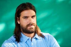 Deprimierter junger hispanischer Mann mit traurigem besorgtem Gesichts-Ausdruck Stockfotografie