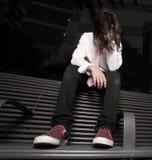 Deprimierter junger Junge, der auf einer Busbank sitzt Stockfotos