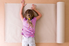 Deprimierter junger Künstler, der auf dem Papier liegt Stockfoto