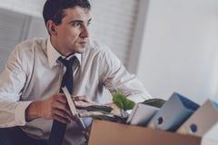 Deprimierter junger Mann, der beiseite schaut Lizenzfreie Stockbilder